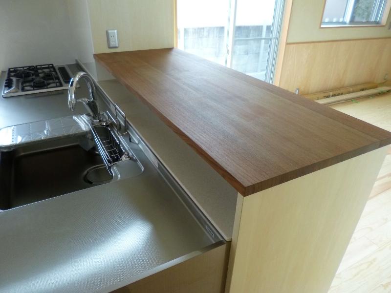 キッチンカウンター(材料:無垢チーク、シナ合板)